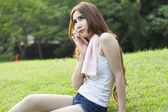 Женщина сидит отдыха после физических нагрузок — Стоковое фото