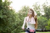 Žena na koni rotoped v parku. — Stock fotografie