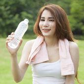 Žena stojící vody přestávky během cvičení. — Stock fotografie