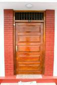 Closed ornate wood door of an upscale home, accented with an woo — Fotografia Stock
