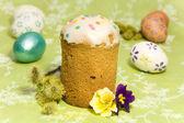 Кулич и цветных пасхальных яиц — Стоковое фото