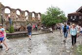 Mensen bezoeken oude stad op 18 juni 2014 in nessebar, Bulgarije. — Stockfoto