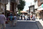 Nesebar, Bulgária - 29 de agosto: as pessoas visitam a cidade velha em 29 de agosto, 2014 em nesebar, Bulgária. Nesebar em 1956 foi declarada como cidade-museu, arqueológica e arquitectónica reserva pela unesco. — Fotografia Stock