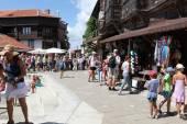 Nesebar, bulgarien - augusti 29: människor besöker gamla stan på augusti 29, 2014 i nesebar, bulgarien. nesebar 1956 förklarades som museum stad, arkeologiska och arkitektoniska bokning av unesco. — Stockfoto
