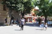 Nessebar, bulgarien - august 29: menschen besuchen die altstadt am august 29, 2014 in nessebar, bulgarien. nessebar 1956 wurde als museumsstadt, archäologischen und architektonischen reservierung von der unesco deklariert. — Stockfoto