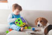 Petit garçon jouant à la maison — Photo