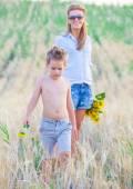 5-летний мальчик с матерью — Стоковое фото