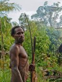 Korowai with bow and arrows — Fotografia Stock