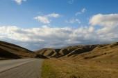 Strada nelle montagne desertiche dell'azerbaijan — Foto Stock