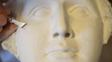 Sculptor make portrait of beautiful Venus realized in gypsum — Stock Video