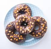 Choklad donuts på vit bakgrund — Stockfoto