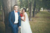A happy newlywed couple — Stockfoto