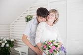 невеста и жених обнимая — Стоковое фото