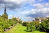Edinburgh , The Scotts Monument and Princess Gardens — Stock Photo