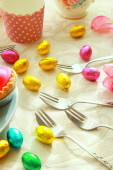 Easter table with sweet eggs, pink roses and fresh cakes — Stock Photo