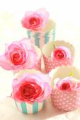 Pink roses in muffiin cups, still life  — Stockfoto