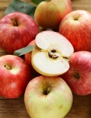 Ripe red apples autumn harvest on a wooden background — Stock Photo