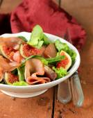 Salad with smoked ham and fresh sweet figs — Stock Photo
