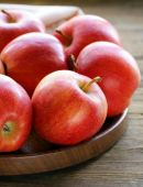 Ripe red apples autumn harvest on a wooden plate — Stock Photo