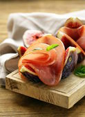 Ripe purple figs with smoked ham - a traditional antipasti appetizer — Stock Photo