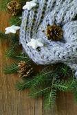 Weihnachten komposition ein gestrickter schal und dekorationen — Stockfoto