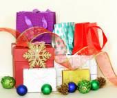 Molti regalo scatole e sacchetti colorati con decorazioni festive — Foto Stock