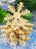 Christmas still life with decorations and wooden snowflakes on a blue background — ストック写真