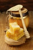 Natural organic honey in the comb on a wooden background — 图库照片