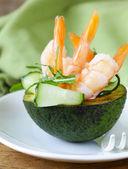 Bir tabakta taze avokado karides ve salatalık ile — Stok fotoğraf