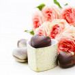 Chocolate candy in the shape of hearts and pink roses for Valentine's day holiday — Zdjęcie stockowe #58691205