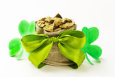 Green clover leaves and a bag of gold - symbol of St. Patrick's Day — Zdjęcie stockowe