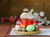 Easter cake with glace icing and colored easter eggs rustic style — Stock Photo