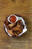 Smažená kuřecí křídla s omáčkou a kořením — Stock fotografie