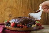 Sockerkaka med choklad ganache och färska bär — Stockfoto