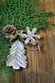 Jedle větve zerav s dřevěné vánoční ozdoby — Stock fotografie