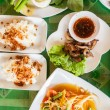 Papaya salad (som tum Thai) with sticky rice and grilled beef — Stock Photo #57501897