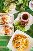 Papaya salad (som tum Thai) with sticky rice and grilled beef — Stock Photo