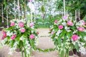 Floral arrangement at a wedding ceremony on the beach.  — 图库照片