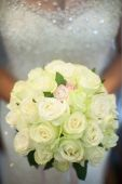 A beautiful bride with white roses in the hand. — Stock Photo