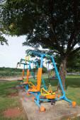 公共の公園でタイで朝の運動器具 — ストック写真