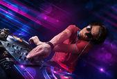 色光の効果とターン テーブルで遊ぶ若い dj — ストック写真