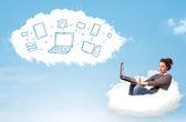 年轻的女人坐在云与便携式计算机 — 图库照片