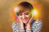 用耳机听音乐的年轻女人 — 图库照片