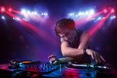Tiener dj mixen records voor een menigte op het podium — Stockfoto
