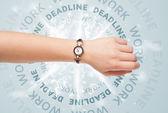 Relojes con el trabajo y la fecha límite alrededor de la escritura — Foto de Stock