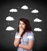 彼女の頭の周りの雲の循環を考える若い女 — ストック写真