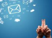 Dedos feliz sonriente mirando los iconos de correo hechos de nubes — Foto de Stock