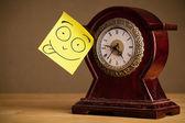 Poznámka: post-it s emotikony nalepený na hodinách — Stock fotografie