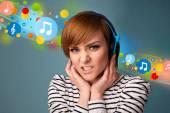 Genç kadın kulaklık ile müzik dinlemek — Stok fotoğraf