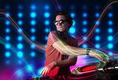 Genç dj kayıtları renkli ışıkları ile karıştırma — Stok fotoğraf